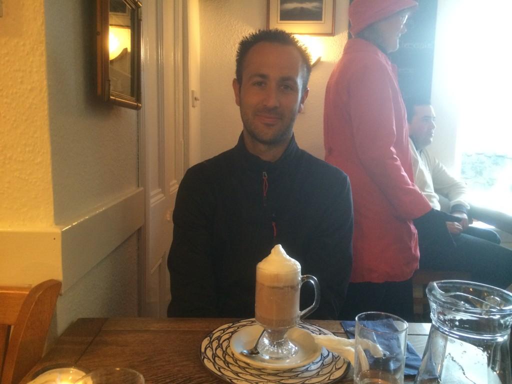 Mickaël Bonnami Photographe devant son chocolat chaud - Portree - Ile de Skye - Ecosse