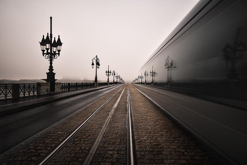 Très bel équilibre dans la composition. La photo respire ce qui nous permet d'être aspiré par le tram et de partir au plus loin dans l'image. Un savant mélange d'ancien et de nouveau. Une attention plus soignée pour le ciel aurait été un plus. (teinte et exposition).