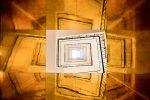 Une belle manière de traiter le sujet classique des escaliers en contre-plongée. Les reflets dorés apportent une touche ultra graphique et un peu de mystère en même temps. La composition est rigoureuse. Surprenant.